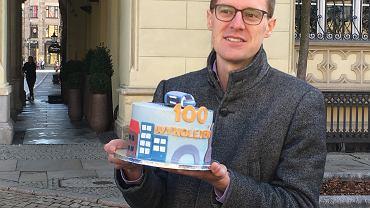 Działacze Akcji Miasto przygotowali dla miejskich urzędników tort z okazji wykolejenia się setnego (tylko w tym roku) wrocławskiego tramwaju. Chcą w ten sposób zwrócić uwagę na ten problem