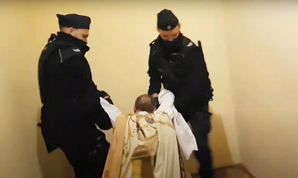 19 października 2020 r. Policjanci wynoszą ks. Michała Woźnickiego z domu salezjańskiego w Poznaniu