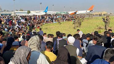 Tysiące ludzi próbują dostać się do samolotów i uciec z zajętego przez Talibów Afganistanu. Amerykańscy żołnierze usiłują utrzymać względny porządek. Kabul, 16 sierpnia 2021