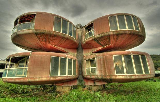 The Sanzhi UFO houses. Wakacyjne domki zbudowane w 1978 roku na Tajwanie. Z uwagi na kilka śmiertelnych wypadków podczas budowy i na skutek złego inwestowania konstrukcje porzucono