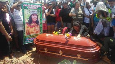 Żałobnicy przy trumnie Olivii Arevalo, uzdrowiciel i liderki społeczności z Peru