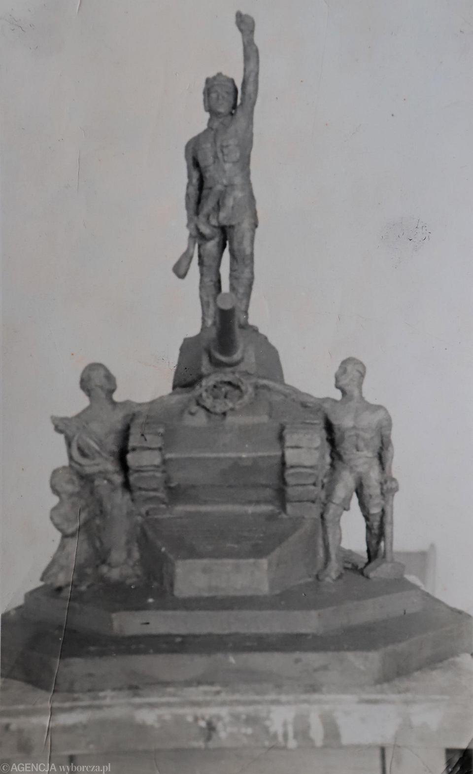 Makieta pomnika czołgisty, odsłoniętego po wojnie na pl. Biegańskiego. Stał tu do 1968 r. Zdjęcie z archiwum rodzinnego