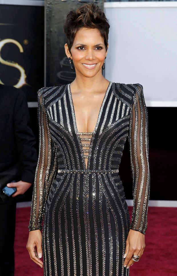 Halle Berry arrives at the 85th Academy Awards in Hollywood, California February 24, 2013.    REUTERS/Lucas Jackson  (UNITED STATES TAGS:ENTERTAINMENT) (OSCARS-ARRIVALS)