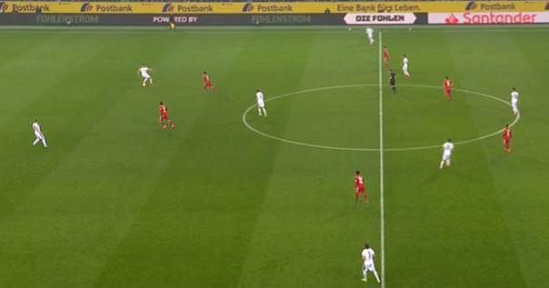 Atak pozycyjny Borussii, obrońcy naciskani przez Bayern. Częstym obrazkiem rozegranie gospodarzy przez bramkarza.