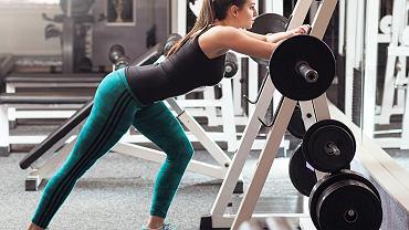 Ćwiczenia ze sztangą przynoszą szybkie efekty.
