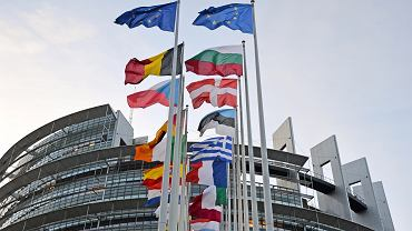 Flagi państw członkowskich UE przed budynkiem Parlamentu Europejskiego w Strasburgu.