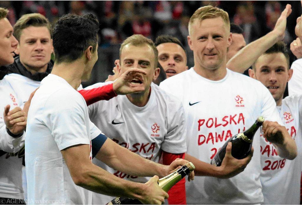 Radość polskich piłkarzy z awansu na mistrzostwa świata 2018. Polska pokonała Czarnogórę 4-2