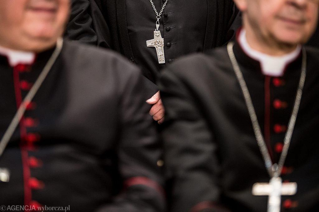 W piątek w Lublinie rozpoczęło się 377. Zebranie Plenarne Konferencji Episkopatu. Swoją obecność zapowiedziało ponad 90 biskupów. To jeden z elementów obchodów 100-lecia powstania Katolickiego Uniwersytetu Lubelskiego Jana Pawła II. Obrady KEP potrwają do niedzieli. Na zakończenie biskupi wezmą udział w setnej inauguracji roku akademickiego KUL. - Jest to wydarzenie bezprecedensowe, które ma miejsce po raz pierwszy w historii uniwersytetu - mówiła podczas piątkowego briefingu prasowego Lidia Jaskuła, rzecznik prasowy KUL. Rzecznik KEP ks. Paweł Rytel-Andrianik poinformował z kolei, że głównymi tematami podczas obrad biskupów będą sprawy duszpasterstwa młodzieży oraz rodzin, zagadnienia dotyczące kultury i ochrony dziedzictwa narodowego, a także działalność Caritas Polska. - Widać jak księżom biskupom zależy na dotarciu do młodzieży i dlatego to jest jeden z głównych tematów - tłumaczył ks. Paweł Rytel-Andrianik. Ponad 80 biskupów z obecnej konferencji Episkopatu studiowało albo wykładało na KUL.