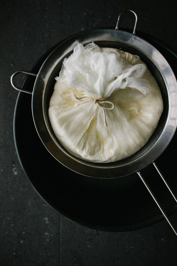 By przygotować labneh, umieść jogurt na gazie, a następnie pozostaw na sicie na około 1-3 dni.