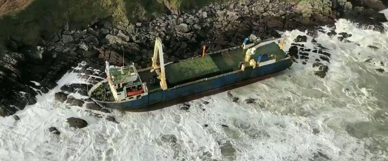 """Irlandia. Sztorm Dennis wyrzucił na brzeg """"statek widmo"""""""
