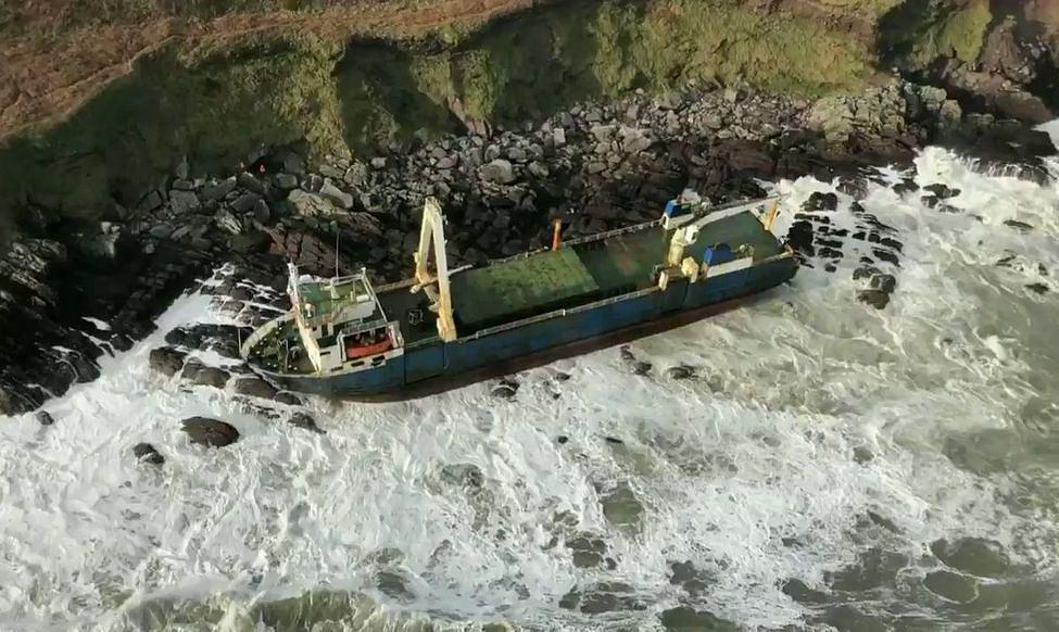 Irlandia. Sztorm Dennis wyrzucił na brzeg 'statek widmo'. Pływał bez załogi od 2018 roku