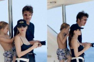 Angelina Jolie i Brad Pitt zaraz po ślubie wrócili do pracy - na Malcie powstaje film By the Sea, w którym para gra małżeństwo przechodzące kryzys. W prawdziwym życiu ich miłość kwitnie, co najlepiej widać na pierwszych wspólnych zdjęciach nowożeńców. Razem z gromadką swoich dzieci wynajęli luksusowy jacht u wybrzeży Malty, gdzie w towarzystwie przyjaciół wypoczywali i cieszyli się wspólnie spędzanym czasem. Trzy tygodnie po kameralnej ceremonii państwo Pitt spędzają czas jak typowa, szczęśliwa rodzinka. Dzieciaki szaleją w wodzie, Brad Pitt fotografuje je z zapałem, a piękna Jolie w sportowych szortach (widzieliście ją kiedyś w krótkich spodenkach?!) wypoczywa i czule obejmuje męża. Zobaczcie zdjęcia!