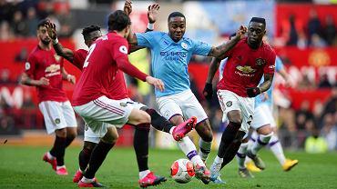 Raheem Sterling osaczony przez rywali w derbowym meczu Manchester United - Manchester City z 8 marca 2020 r.