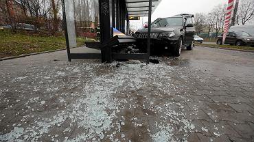 Kielce, 15 listopada 2017. Kierowca bmw wjechał w przystanek autobusowy na ul. Grunwaldzkiej. Był pijany, miał 3 promile alkoholu. Kilka godzin później jedna z kobiet rannych w wypadku, 77-letnia kielczanka, zmarła w szpitalu