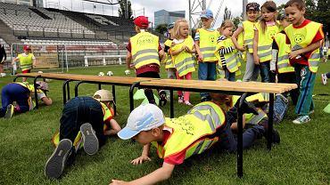 """Około 500 dzieci wzięło udział w poniedziałkowej imprezie """"Od małego na całego"""" organizowanej przez Polonię i WOSiR. W trakcie ćwiczeń na stadionie Polonii dzieci nie tylko grały w piłkę, ale i bawiły się z rówieśnikami z innych warszawskich przedszkoli."""