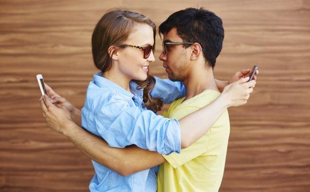 Jakie kanały komunikacji wybierać, by mieć satysfakcjonujący związek?