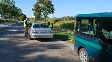Funkcjonariusze z placówki straży granicznej w Rutce-Tartak zatrzymali do kontroli auto, którym podróżowali obywatele Ukrainy niezgodnie z celem, jaki deklarowali ubiegając się o wizę