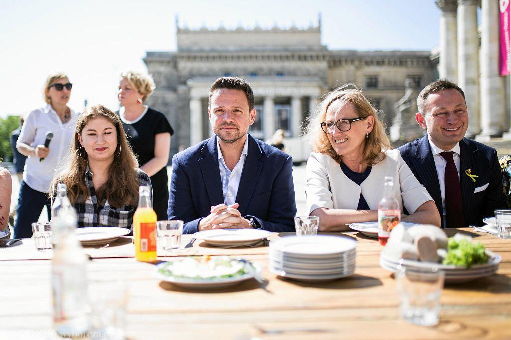 Prezydent Warszawy Rafał Trzaskowski podczas Śniadania Wolności na placu Defilad / ADAM STĘPIEŃ