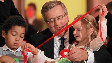 Prezydent z zaproszonymi do Pałacu dziećmi robi kotyliony na 11 listopada - to jeden z nowych zwyczajów wprowadzonych po objęciu przez niego urzędu