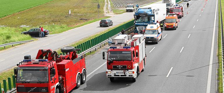 Wypadek na S8. Zderzyły się trzy auta. Nie żyje osoba potrącona przez ciężarówkę