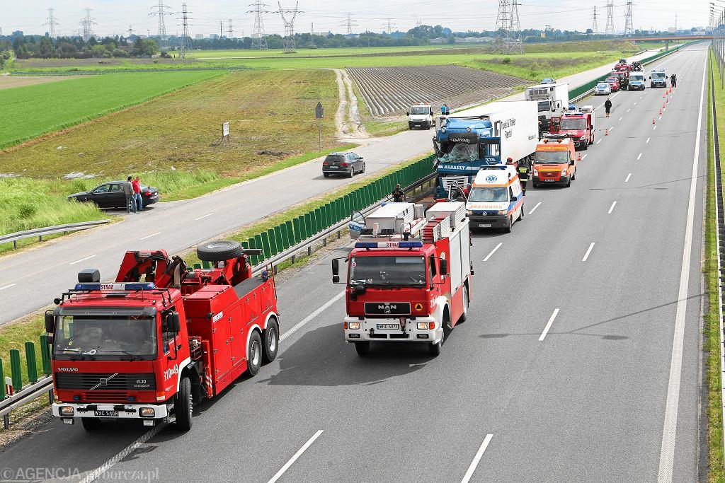 Wypadek na S8. Zderzyły się trzy pojazdy. Zginęła jedna osoba potrącona przez ciężarówkę (zdjęcie ilustracyjne)