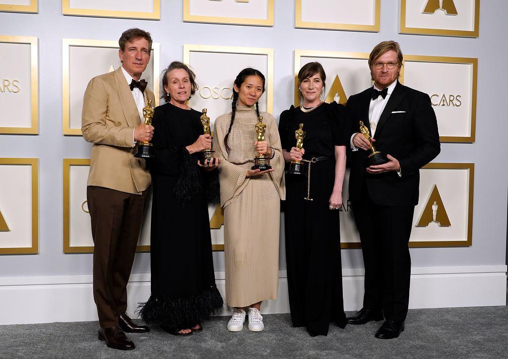 Oscary 2021. Na zdjęciu od lewej: Peter Spears, Frances McDormand, Chloe Zhao, Mollye Asher i Dan Janvey