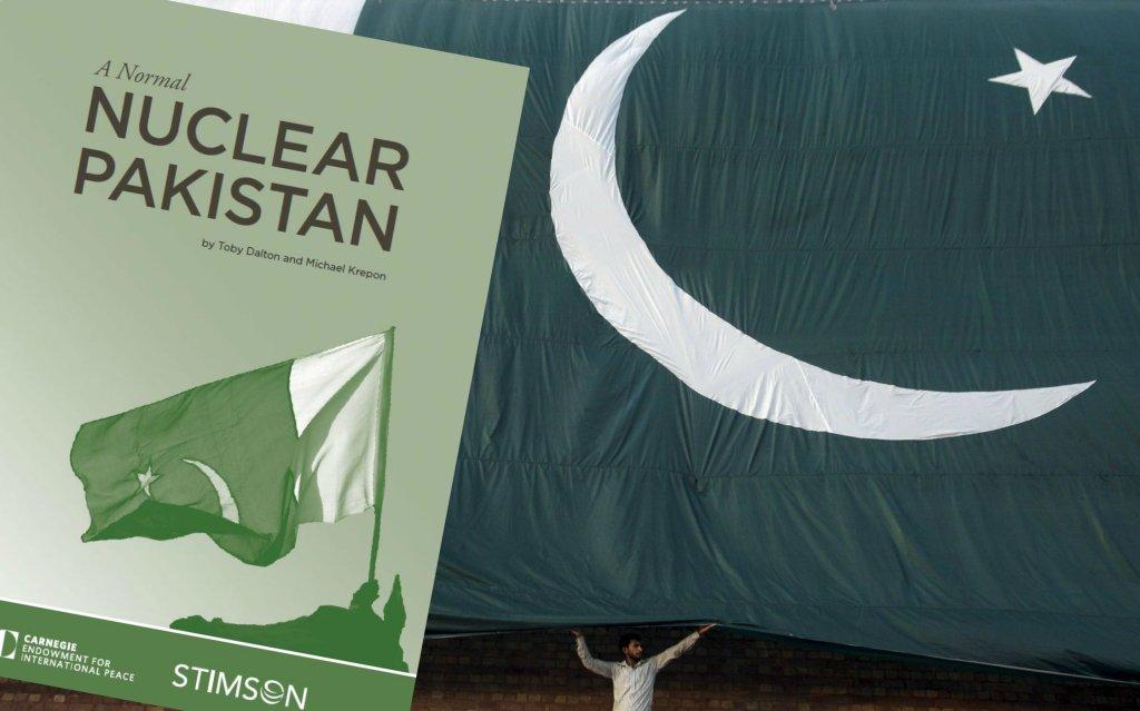 Okładka raportu na tle pakistańskiej flagi