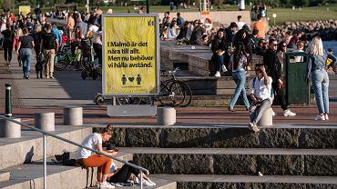 Szwecja w maju. Znak informuje o zaleceniu zachowania dystansu