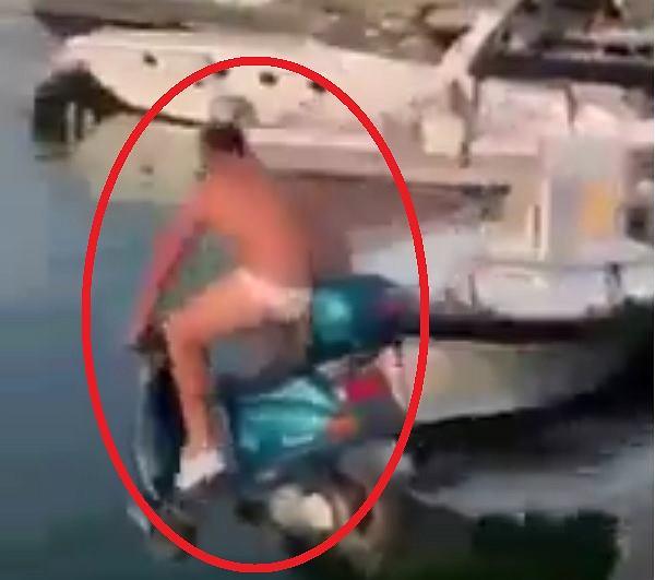 Mario Balotelli namówił właściciela jednego z barów, by wjechał skuterem do morza