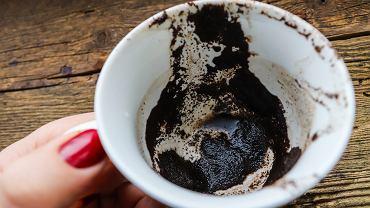 Włóż fusy po kawie do lodówki. Świetny i darmowy trik, który usunie brzydki zapach (zdjęcie ilustracyjne)