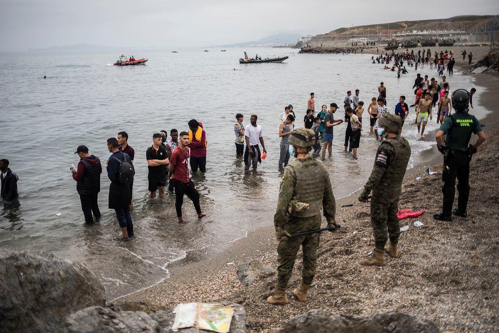 Co najmniej pięć tysięcy migrantów dotarło z Maroka do hiszpańskiej Ceuty