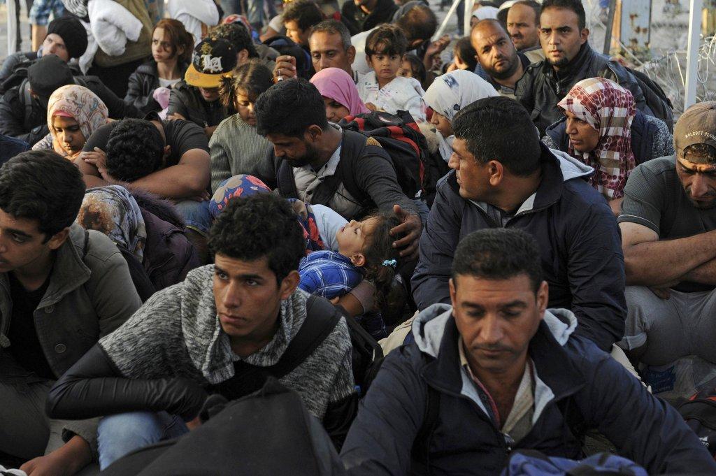 Uciekinierzy z Syrii czekają na przejściu granicznym między Macedonią a Grecją