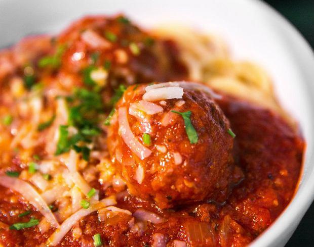 Pomysł na obiad dla dzieci potrzebny na już? Pulpety w sosie pomidorowym sprawdzą się idealnie