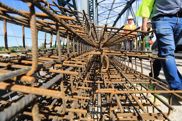 Zdjęcie numer 5 w galerii - Dziennikarze sprawdzali, jak przebiega rozbudowa starego mostu za 123 mln zł [GALERIA]