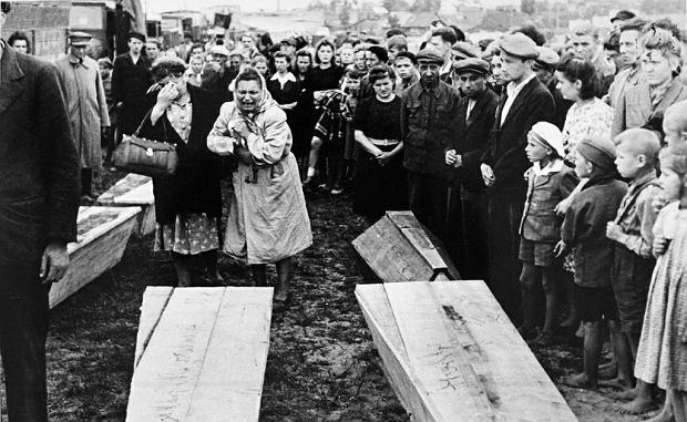 Pogrzeb ofiar pogromu kieleckiego. W chwili gdy kondukt już prawie ruszał, z bocznej uliczki wyszła grupa przerażonych ludzi eskortowanych przez wojsko. Byli to kieleccy Żydzi
