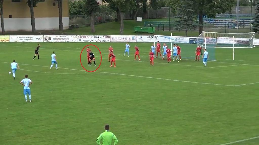 Nietypowa sytuacja w meczu II ligi. Bramkarz Wigier Suwałki ustawił się w... murze