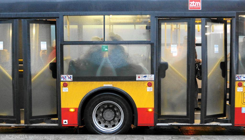 Pasazerowie w komunikacji miejskiej .