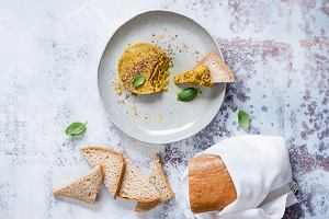 Pasta z kaszy gryczanej z kurkumą i chlebek gryczany na zakwasie