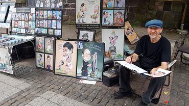 """Pan Leszek od 30 lat rysuje karykatury przechodniów. """"Jeden tak się śmiał, że spadł z krzesła"""""""