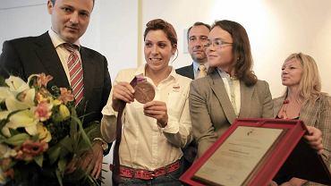 Burmistrz Śródmieścia Wojciech Bartelski wręcza brązowej medalistce IO w Londynie Zofii Noceti-Klepackiej tytuł ambasadora Śródmieścia