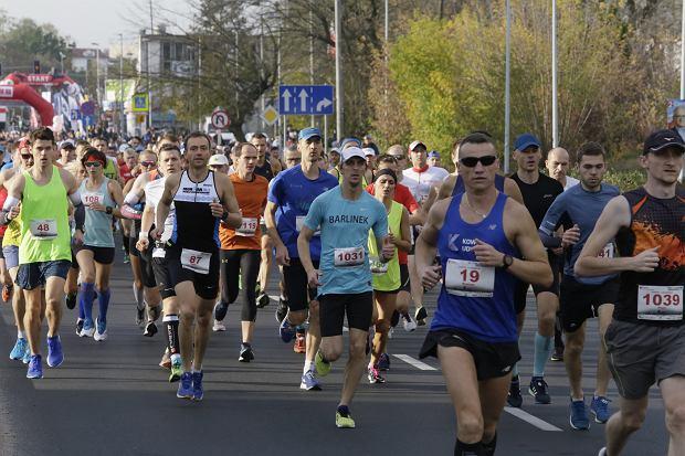 Zdjęcie numer 46 w galerii - Ponad 1200 biegaczy na starcie 37. Toruń Maraton, wygrał Łukasz Oskierko [ZDJĘCIA]