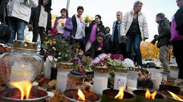 Znicze i kwiaty przed szkołą w szwedzkim Trollhattan