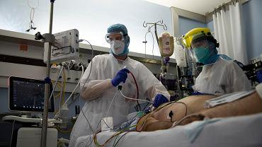 Koronawirus. Lekarze z pacjentem w Belgii, w szpitalu w Liege.