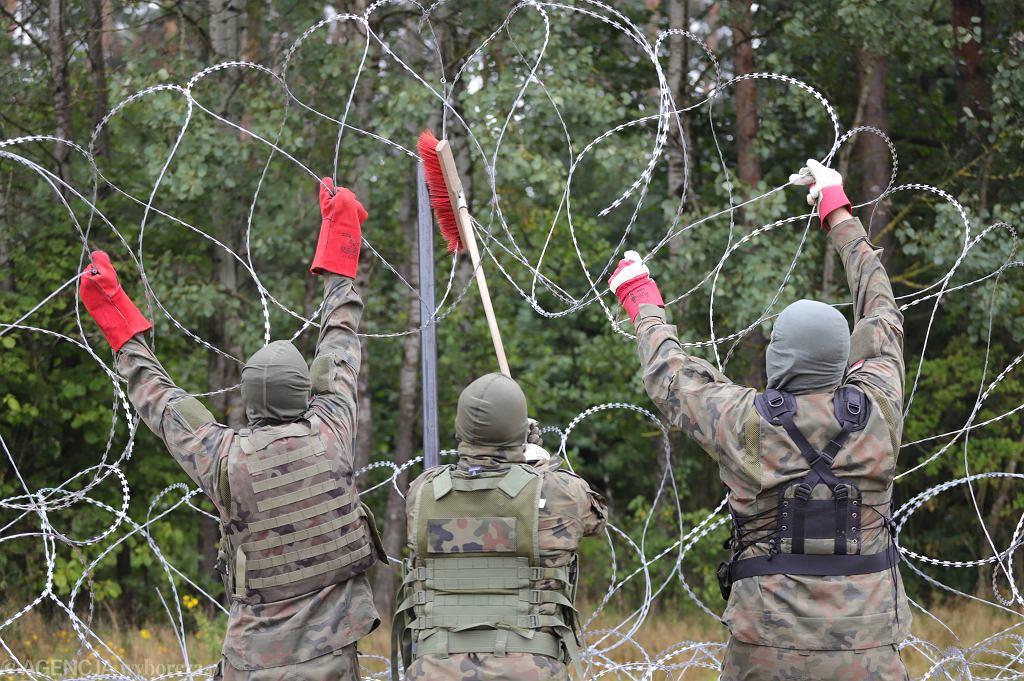 Granica polsko-białoruska pomiędzy miejscowościami Krynki i Jurowlany w województwie podlaskim. Wojsko buduje płot, który ma mieć w sumie ok. 180-190 km (granica polsko-białoruska ma 418 km). W pierwszej kolejności powstanie na 150-kilometrowym odcinku, gdzie straż graniczna odnotowuje najwięcej prób nielegalnego przekroczenia granicy