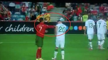 Cristiano Ronaldo uderzający Darego O'Shea'ę w meczu Portugalia-Irlandia, eliminacje MŚ 2022. Źródło: Twitter