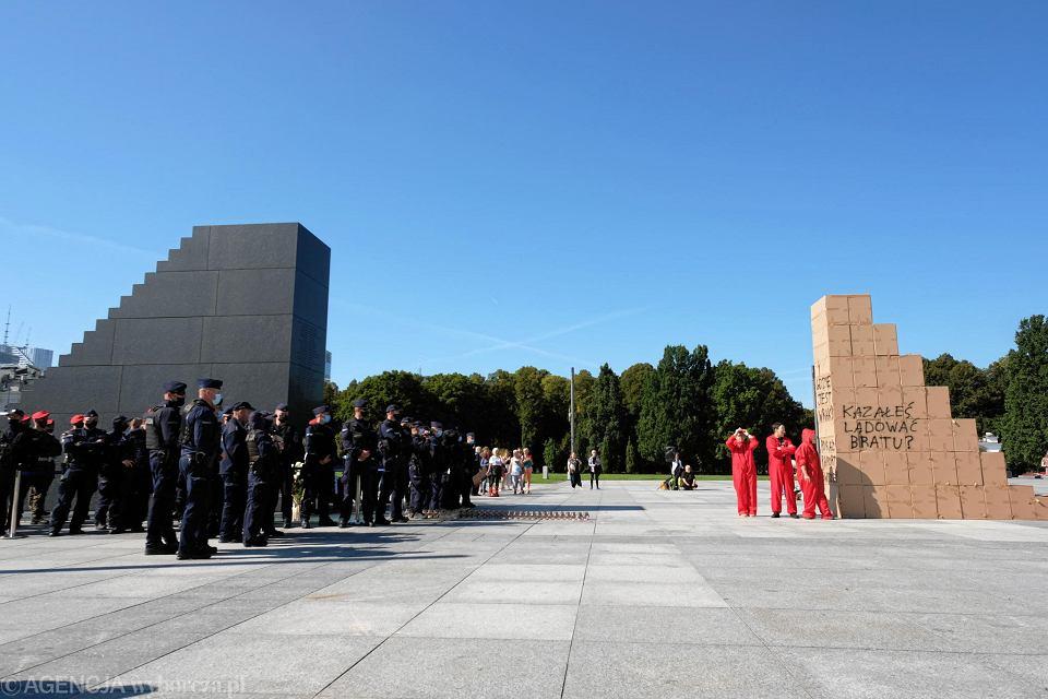 Aktywiści Lotnej Brygady Opozycji i grupy Cień Mgły zbudowali w miesięcznicę smoleńską tekturowe schody na pl. Piłsudskiego