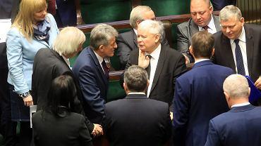 Prezes PiS rządzi i dzieli - w Sejmie nie wydarzy się nic bez jego akceptacji. Na zdjęciu: Jarosław Kaczyński w otoczeniu najbliższych współpracowników z klubu PiS w Sejmie, 9 grudnia 2015 r.