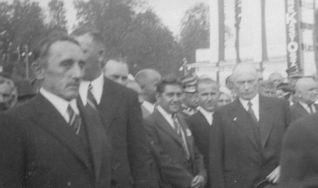 Wojewoda poleski Władysław Kostek-Biernacki (z lewej) uroczyście witany przez mieszkańców Pińska podczas otwarcia jarmarku poleskiego zorganizowanego w 18. rocznicę Bitwy Warszawskiej