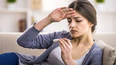Stan podgorączkowy najczęściej spowodowany jest infekcją, zaburzeniami hormonalnymi (np. przy problemach z tarczycą), czy schorzeniami o podłożu immunologicznym