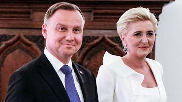 Paparazzi przyłapali Andrzeja Dudę i jego żonę pod osłoną nocy. Prezydent bez maseczki. Tabloid: Na domówce u znajomych